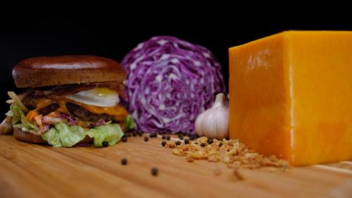 Гамбургер на столе из рекламного ролика