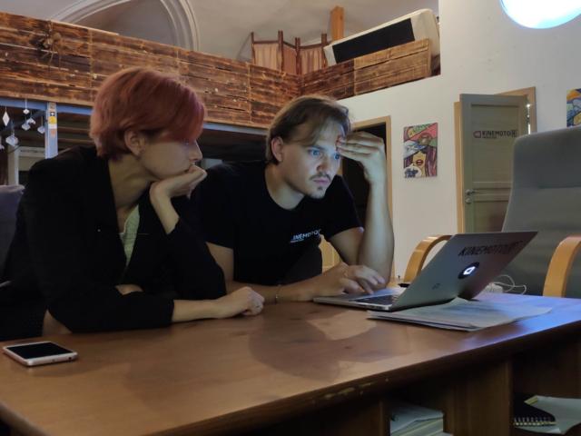 Режиссер и продюсер изучают документы