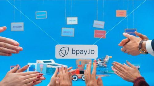 Аплодисменты на фоне логотипа и игрушечных предметов
