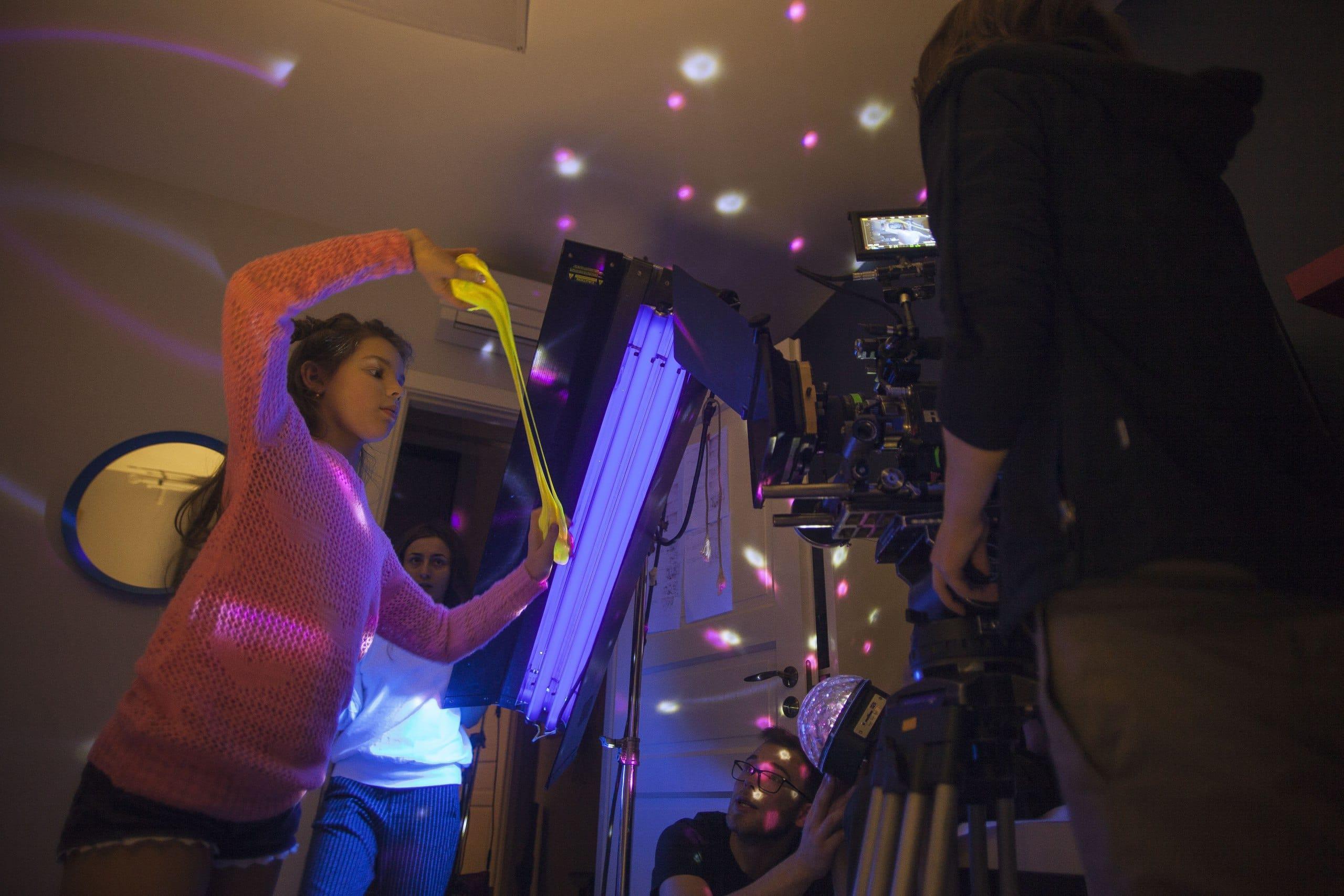 Съемка сцены в неоновом свете