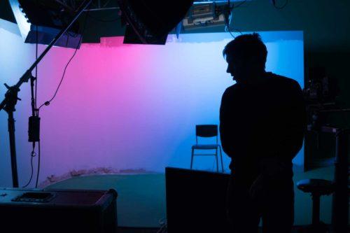 Общий план студии с включенным цветным светом