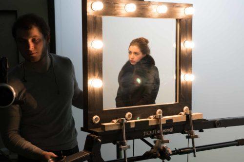 Актриа отражается в зеркале на съемке рекламы