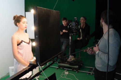 Актриса смотрит в зеркало во время съемок