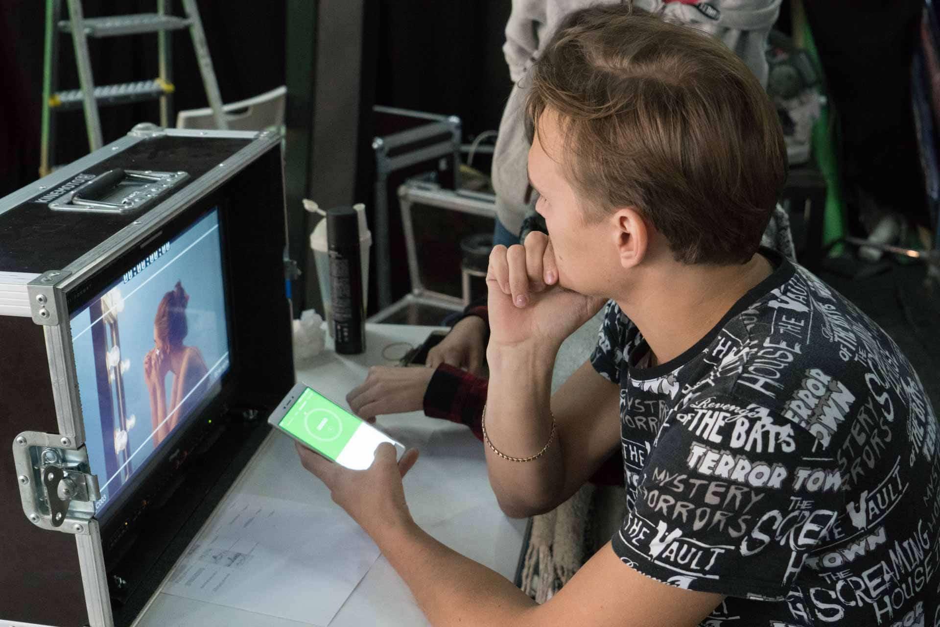 Режиссер смотрит в плейбек на съемке рекламного ролика