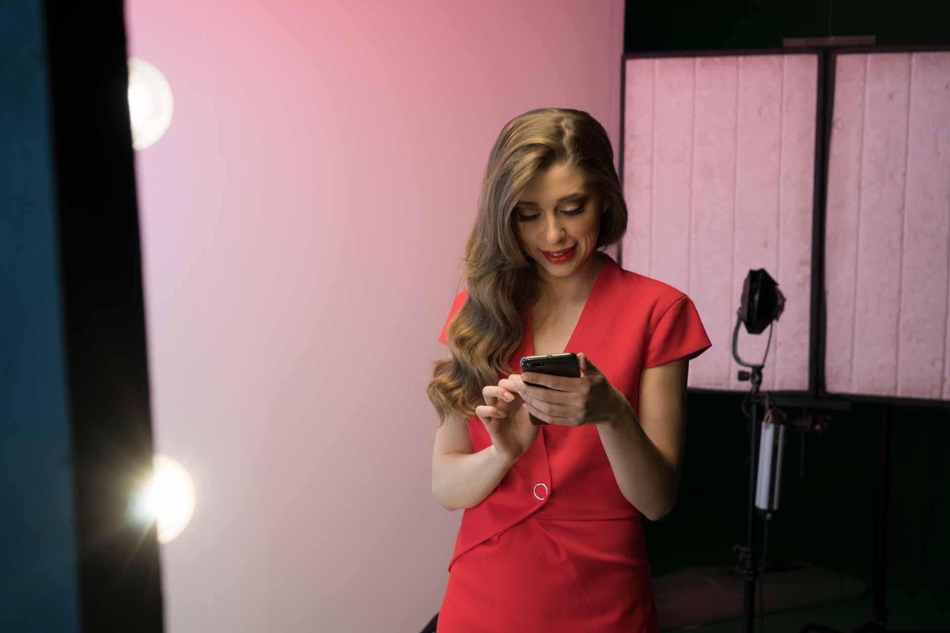 Актриса в красном платье