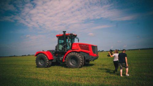 Оператор снимает трактор Кировец с стэдикам