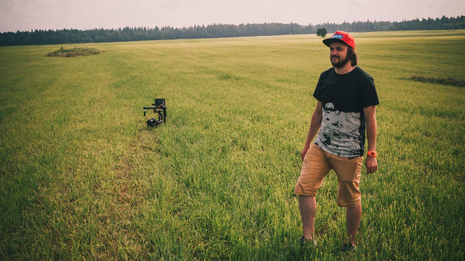Оператор стоит в поле