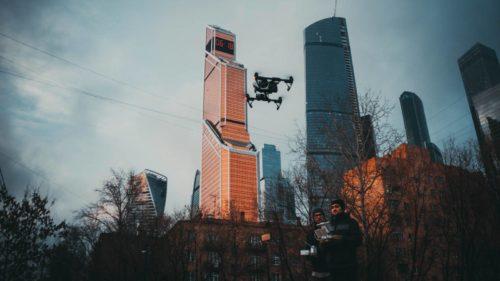 Коптер взлетает что бы снять Москва сити