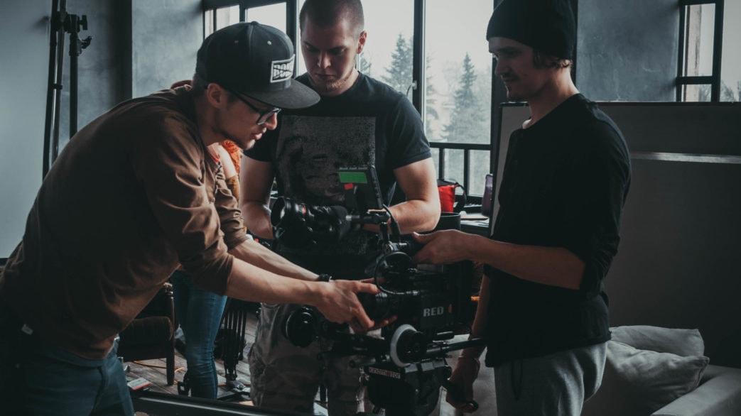Режиссер и оператор готовят кинокамеру к съемкам