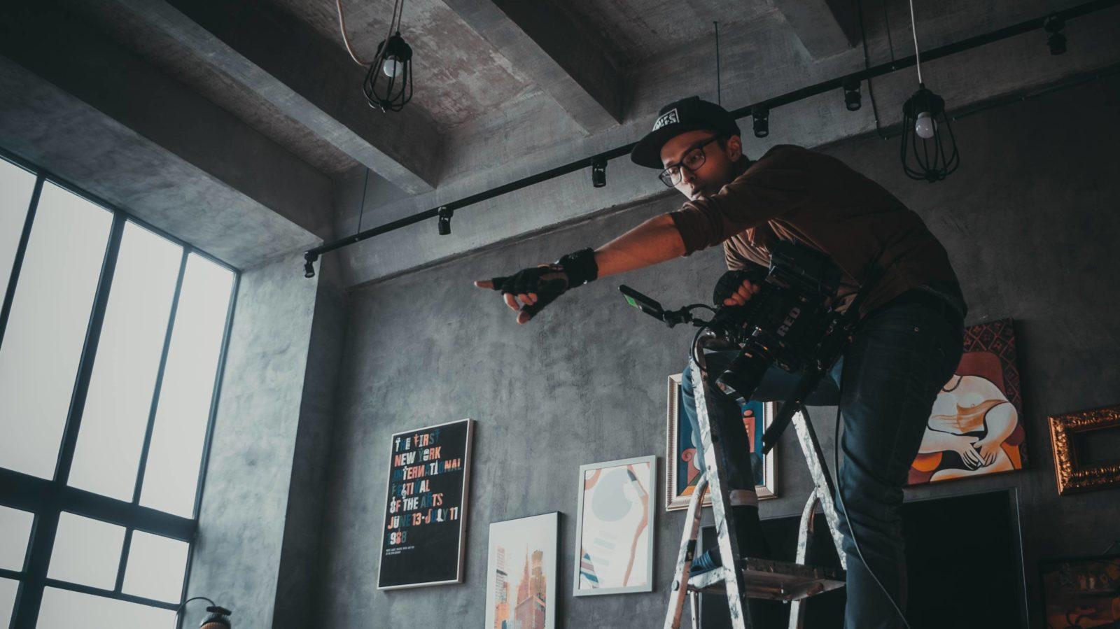 Оператор-постановщик снимает рекламный ролик