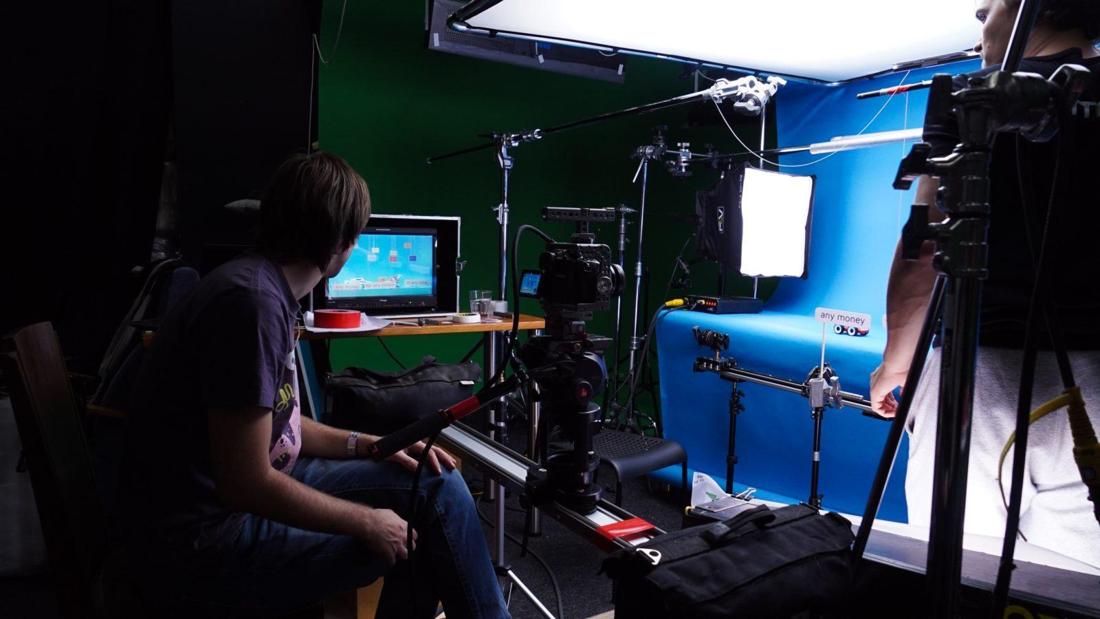 Оператор и режиссер смотрят в монитор в павильоне