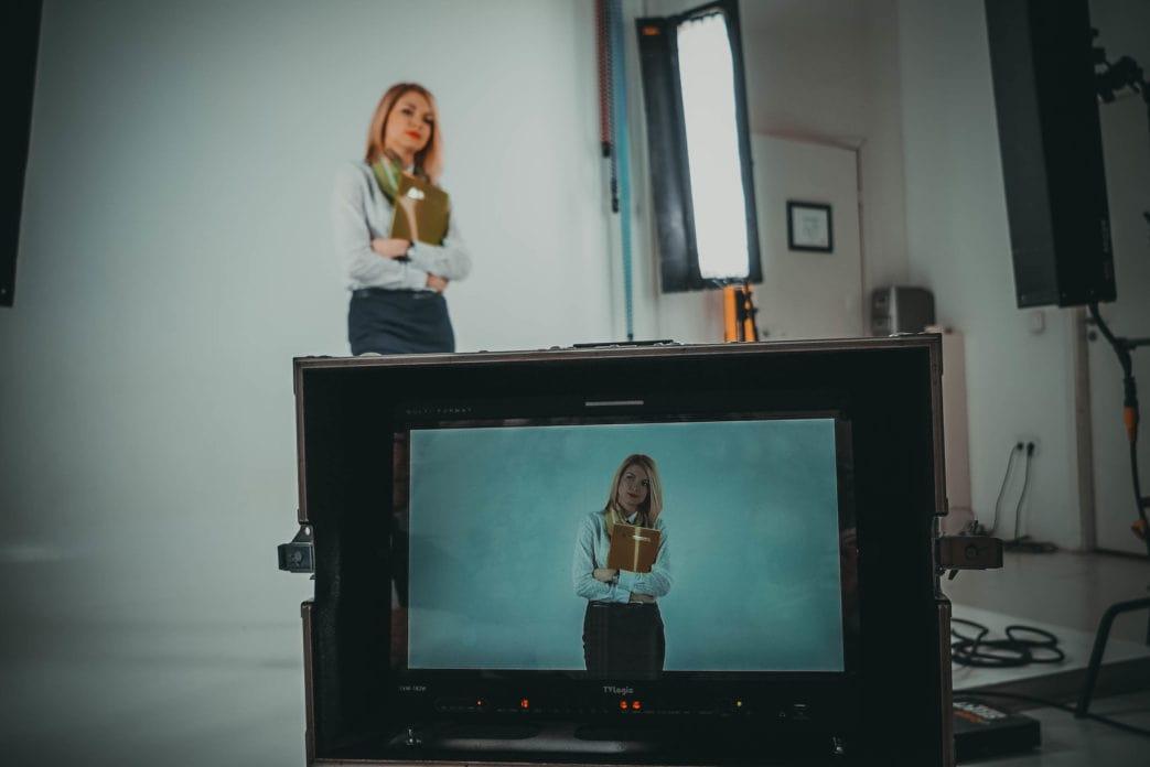Съемки девушки на студии