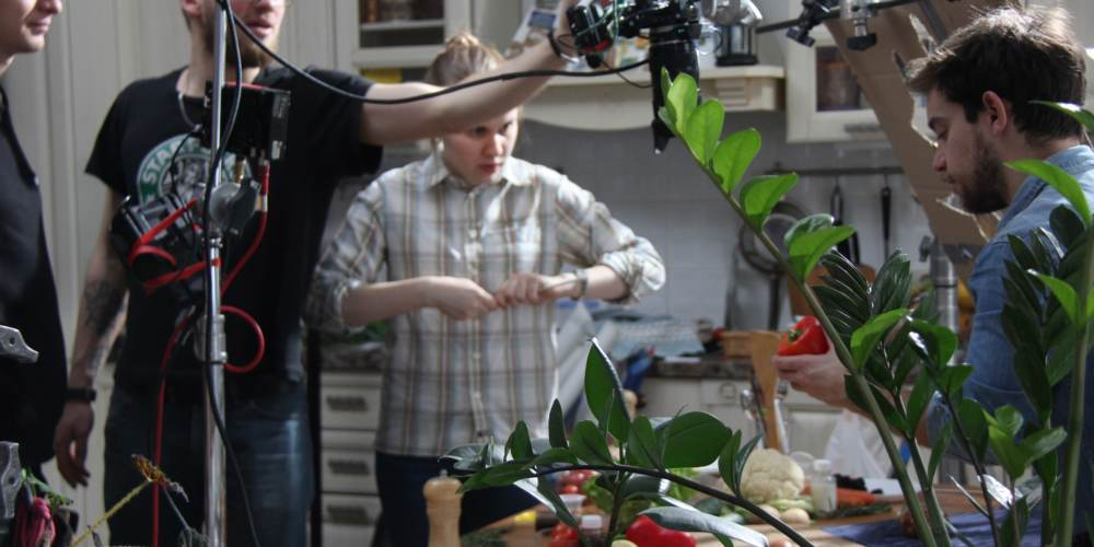 Команда подготавливает кадр в ролике Партии еды