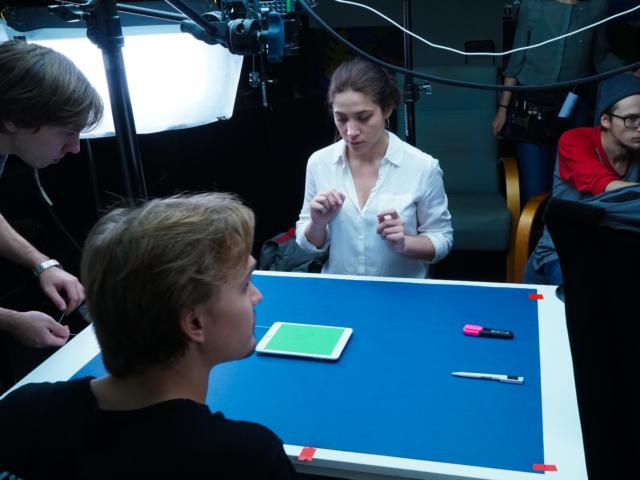 команда готовится снимать кадр с планшетом на столе