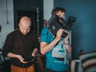 Режиссер и оператор готовятся к дублю