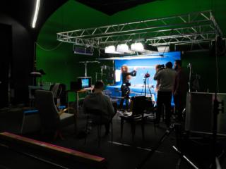 Команда снимает в павильоне кадр