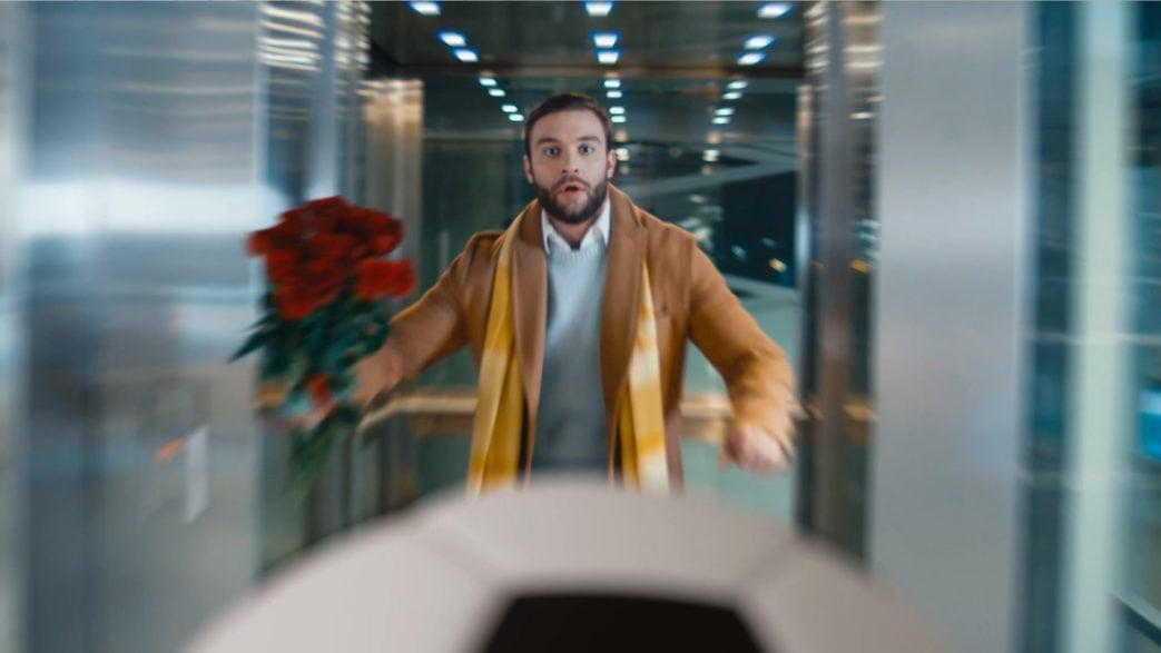 Мужчина с цветами ловит мяч
