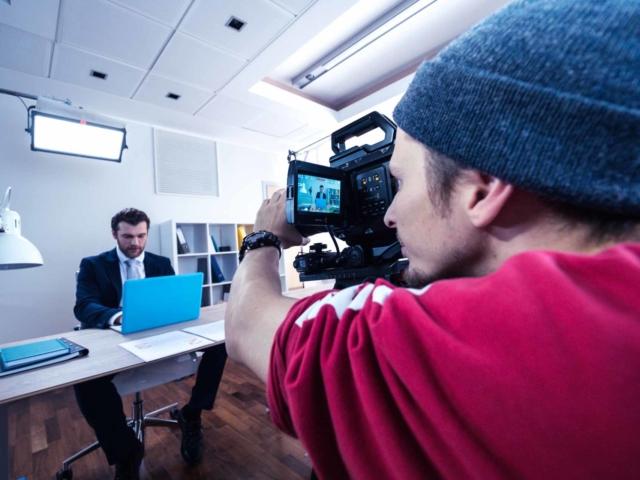 Оператор снимает актера в офисе
