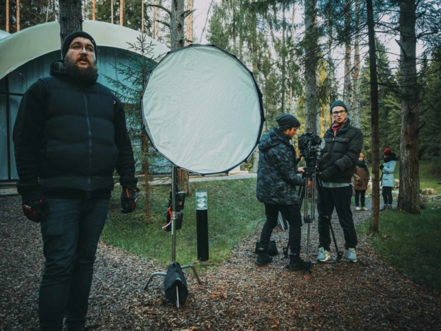 Съемочная команда готовится к съемке на натуре