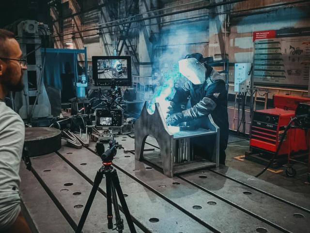 Оператор снимает сварку на заводе