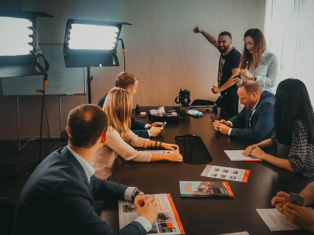 Подготовка групповой сцены для корпоративного фильма