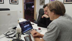 Работа специалистов над монтажом видеоролика