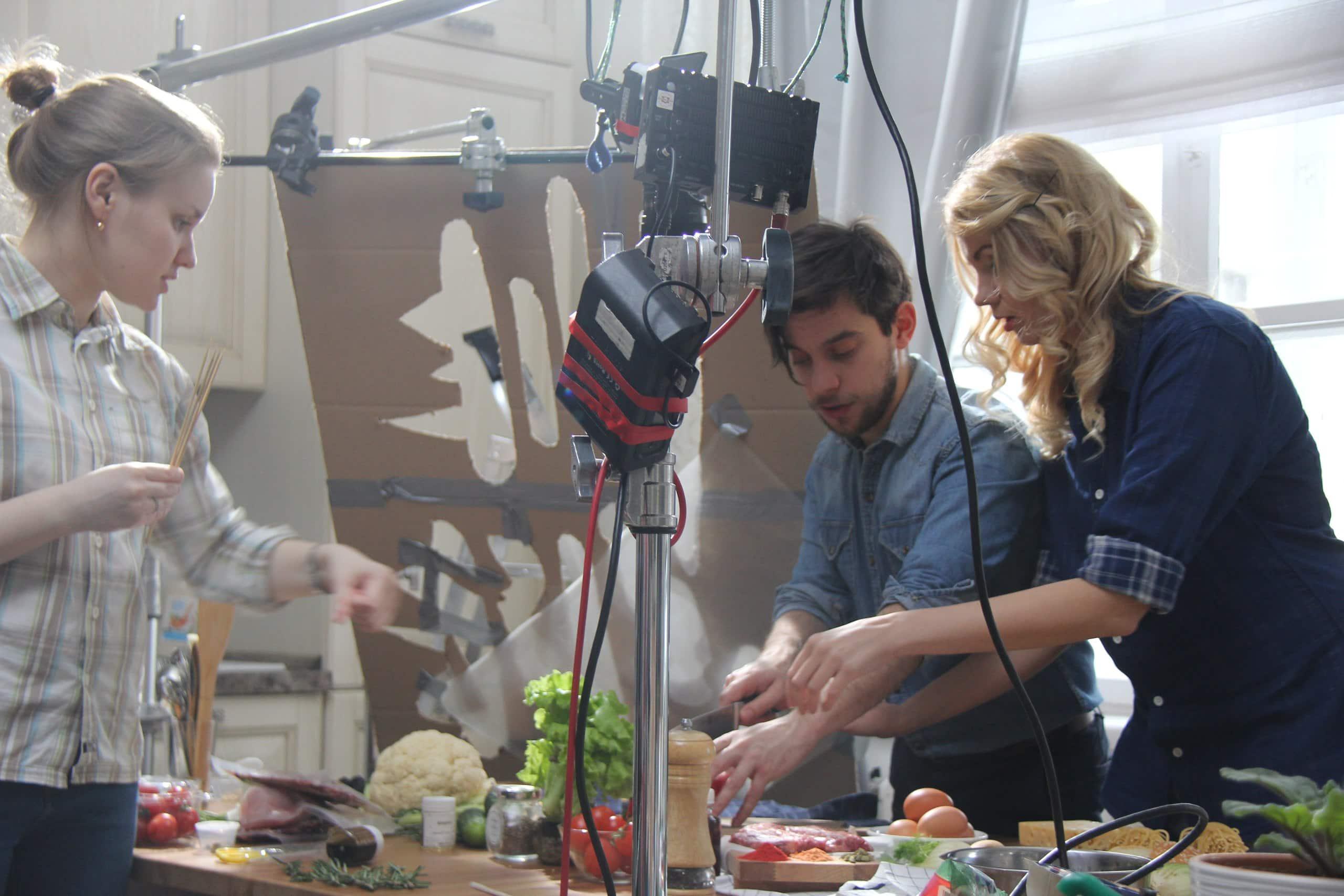 Режисер готовится снимать ролик для партии еды
