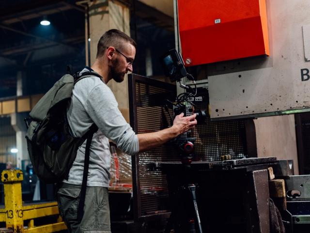 Оператор снимает корпоративный фильм